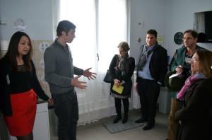 Jules, animateur, fait découvrir la cuisine de L'appartement FACE'ile@vivre aux invités